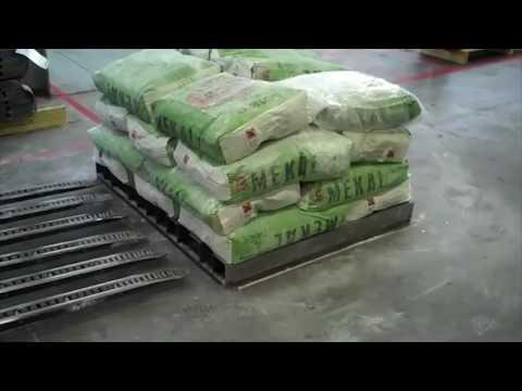 Estibado mecanizado de sacos de cemento sobre plataforma.