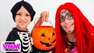 Vlad và Nikita chơi Halloween Trick or Treat