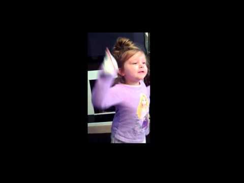 Fireåring blir totalt forvirret av fars sang