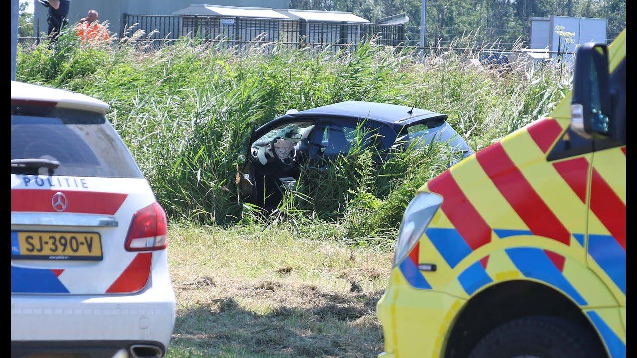 Auto beland in sloot na aanrijding met voetganger.