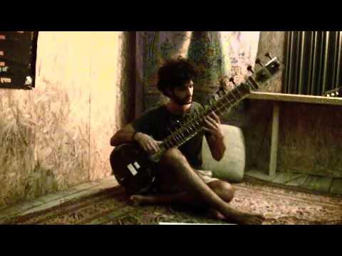 Andrea Guerrini con il suo sitar