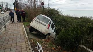 Авария, таксист улетел в канаву.