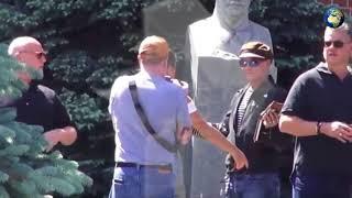 Джонни Депп сфотографировался с бюстом Сталина