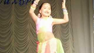 Внучка Камила танцует индийский танец.AVI