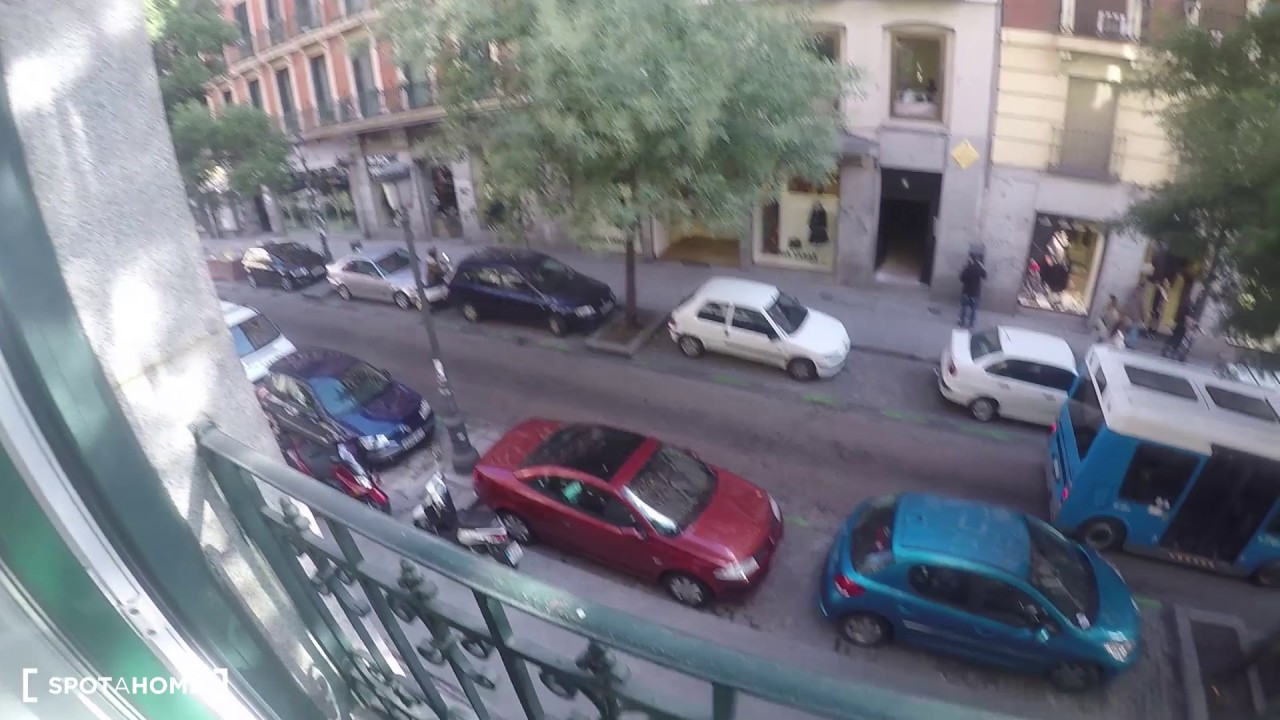 Furnished room with desk in shared apartment, Puerta del Sol