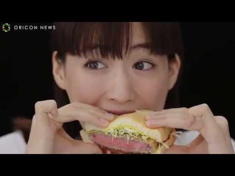 綾瀬はるか、「いっちゃいますか!」 ワイルド感たっぷりで牛カツサンドにかぶりつく