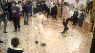 Красивые парни, Кавказцы танцуют на свадьбе