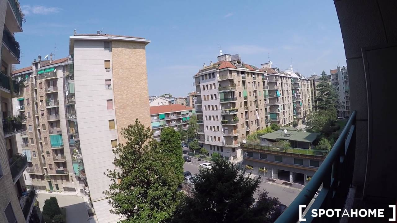 Rooms for rent in bright 100 m2, 3-bedroom apartment with balcony in Giambellino