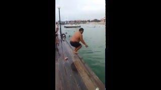 """Смотреть онлайн Толстый парень прыгает в воду """"бомбочкой"""""""