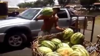 Смотреть онлайн Парень оригинально ловит огромные арбузы