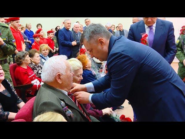 Игорь Кобзев вручил медали ангарским ветеранам