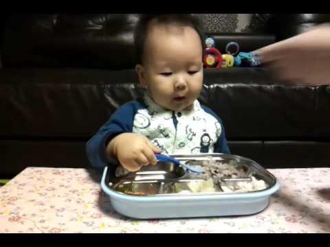 야무지게 밥 먹는 15개월 아기.GIF