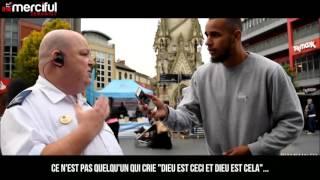 Il fait écouter le Coran aux gens : Quelles sont leurs réactions ?