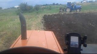 Оранка стерни двумя мини тракторами. Iseki, Hinomoto