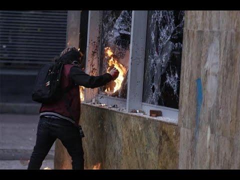 Protesta de estudiantes frente a la Universidad Javeriana en Bogota