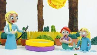 Эльза и  Ариэль в бассейне  играют  мультфильм