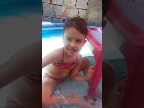 Bia tomando banho na piscina - YouTube