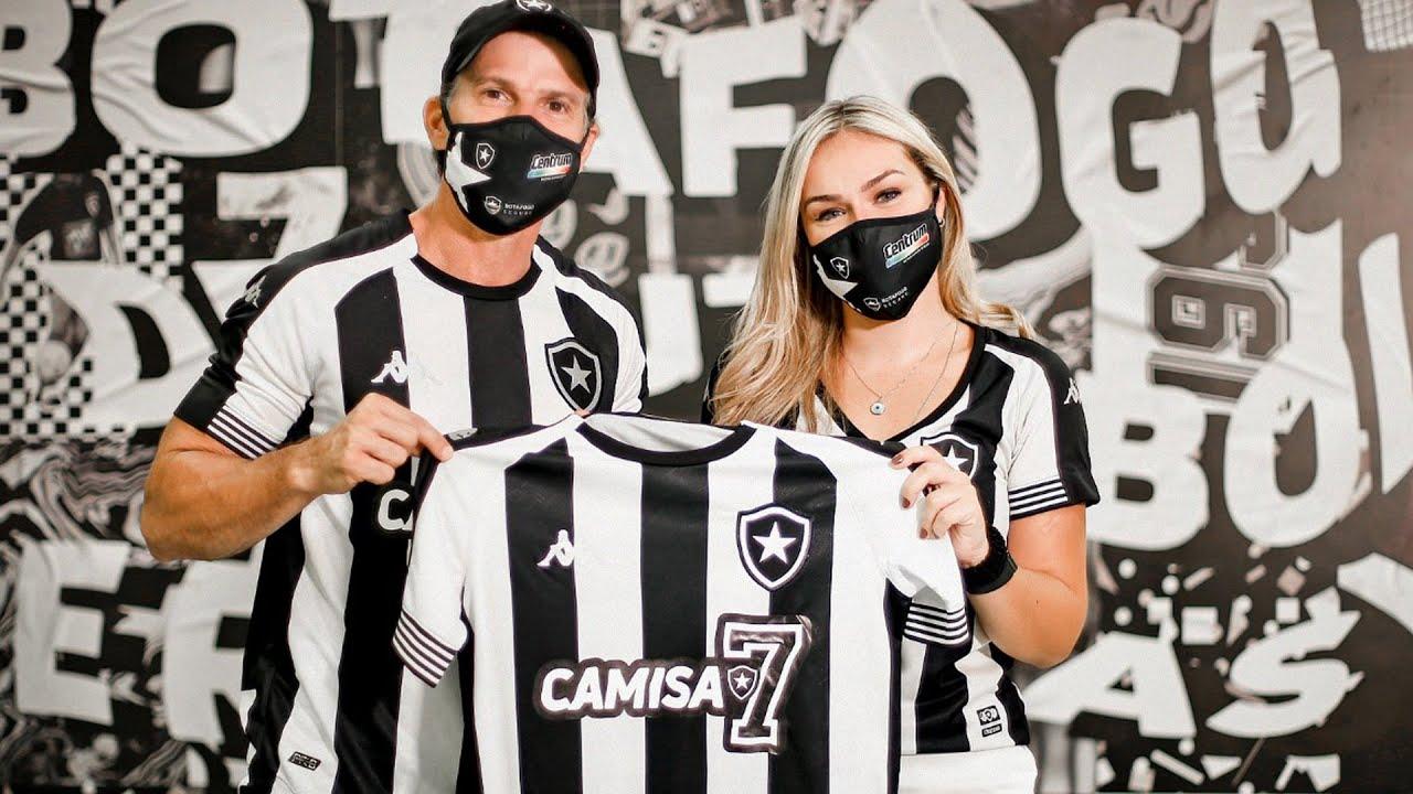 Em ação de marketing do Botafogo, Túlio Maravilha 'presenteia' sete sócios com a camisa do clube