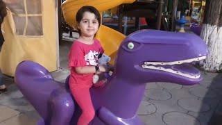 Ася с игрушечной собачкой гуляют по парку и играют в развлекательном центре для детей.#асяшоу #игры