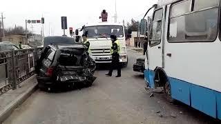 Автобус без тормозов снес 4 машины в Шымкенте