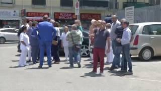 Di Venere, medici e personale sanitario in protesta: incatenati per denunciare le criticità dell'ospedale - VIDEO