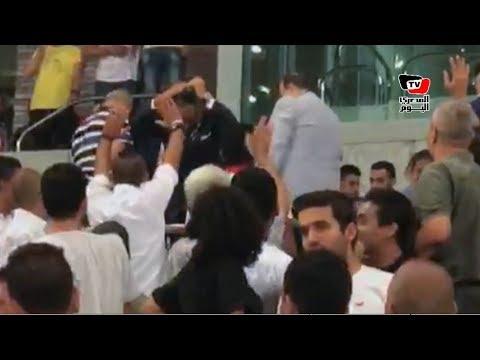 «الجنايني» رئيس اتحاد الكرة الجديد يرد تحية جماهير الزمالك لحظة وصوله مقصورة برج العرب