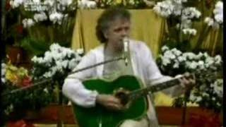 "Donovan sings  ""Happiness runs"" for Maharishi"
