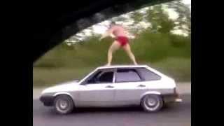 Смотреть онлайн Водитель на крыше авто: прикол с трюками