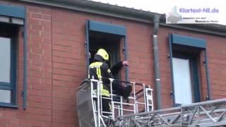 preview picture of video '2013-11-02 - Jüchen: Großeinsatz der Feuerwehr -- Personen in Gefahr -- Brand im Seniorenheim'