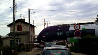 preview picture of video '2 trains ter aux passages niveau manuel à Bourg en Bresse (01) le mardi 28 aout 2012'