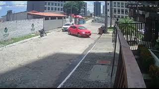 Bandidos rendem moradores de condomínio e câmera flagra sequência de abordagens às vítimas em João Pessoa
