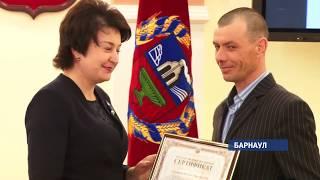 Власти края вручили жилищные сертификаты переселенцам и чернобыльцам