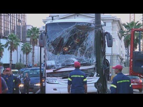 Τουριστικό λεωφορείο προσέκρουσε σε κολόνα στον Πειραιά