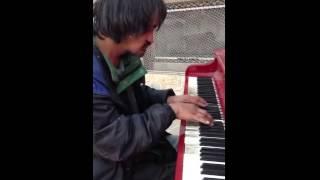 Бомж устроил концерт на пианино в Канаде