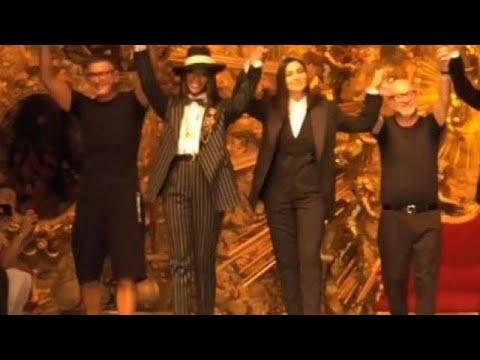 Bellucci e Campbell in passerella ma tutti notano il look di Stefano Gabbana   ecco il dettaglio e3d6ad8d3a0
