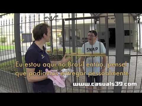 Fã do Brasil compra camisas do Corinthian-Casuals na Internet e recebe em mãos