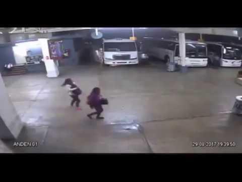 Momento de explosión de autobús de pasajeros en Córdoba, Veracruz
