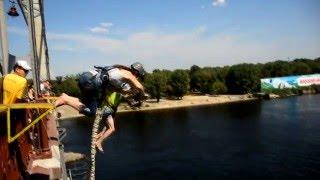 !Прыжок с пешеходного моста в Киеве Андрей и Ира одновременно!