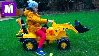 Трактор, экскаватор и погрузчик / Убираем листья во дворе