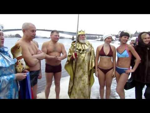 Маскарад и ледяная баня: новгородские моржи проводили 2016 год