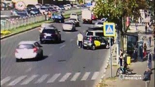 В центре Харькова преступник напал на женщину, ранил и угнал ее авто. Видео