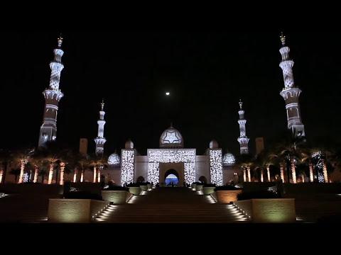 סרטון של מופע אורות מהפנט על קירותיו של מסגד שייח' זאיד המפואר