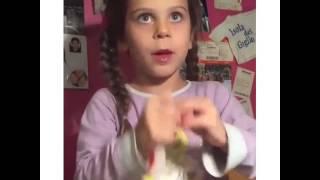 Девочка решила показать фокус. Прикол