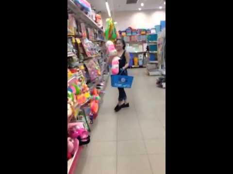 Clip hài hước em gái nhảy trong siêu thị