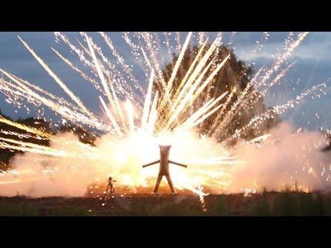 Wariacki kostium do chodzenia wewnątrz pokazu fajerwerków