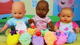 Куклы Пупсики играют цветным шариковым пластилином,Сюрпризы игрушки внутри пластилина,Видео детям