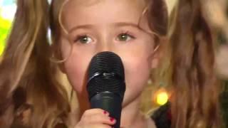 Маленькая девочка классно поет!