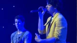 """Jonas Brothers """"Thinking About You"""" cover at Jingle Ball"""