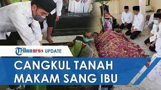 Momen Haru Jokowi Cangkul Tanah Makam sang Ibu, Masuk ke Liang Lahat hingga Kemejanya Kotor