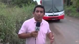 Смотреть онлайн Рискованный ведущий чуть не попал под колеса автобуса